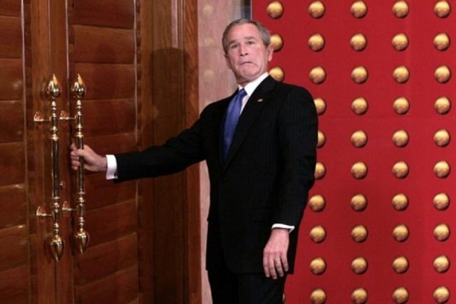 """Довольно часто Буш """"боролся"""" с дверями. Например, во время пресс-конференции в Пекине президент Джордж Буш, отказавшись продолжать отвечать на вопросы журналистов, поспешил уйти в закрытые двери."""