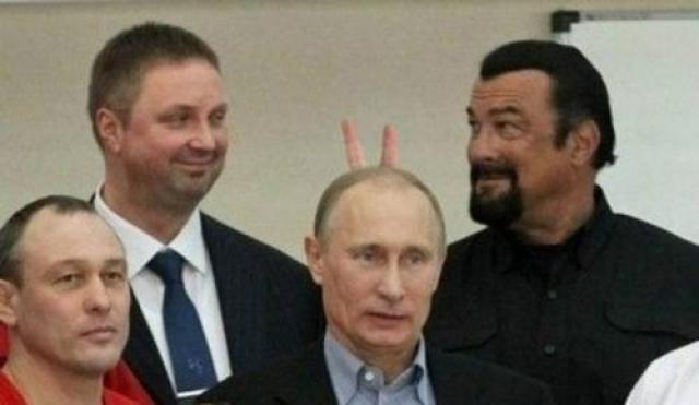 Стивен Сигал наставил рожки Владимиру Путину. Сигал и Путин действительно встречались в ходе одного из мероприятий, но пальцы, естественно, дорисовали в фотошопе.