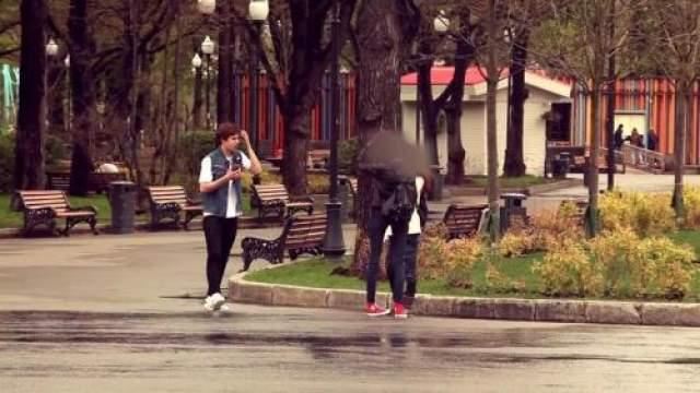Далее Григорий Мазурин стал подходить к девушкам. Он предлагал им раздеться догола и пройтись несколько метров за сумму от 5 до 15 тысяч рублей.