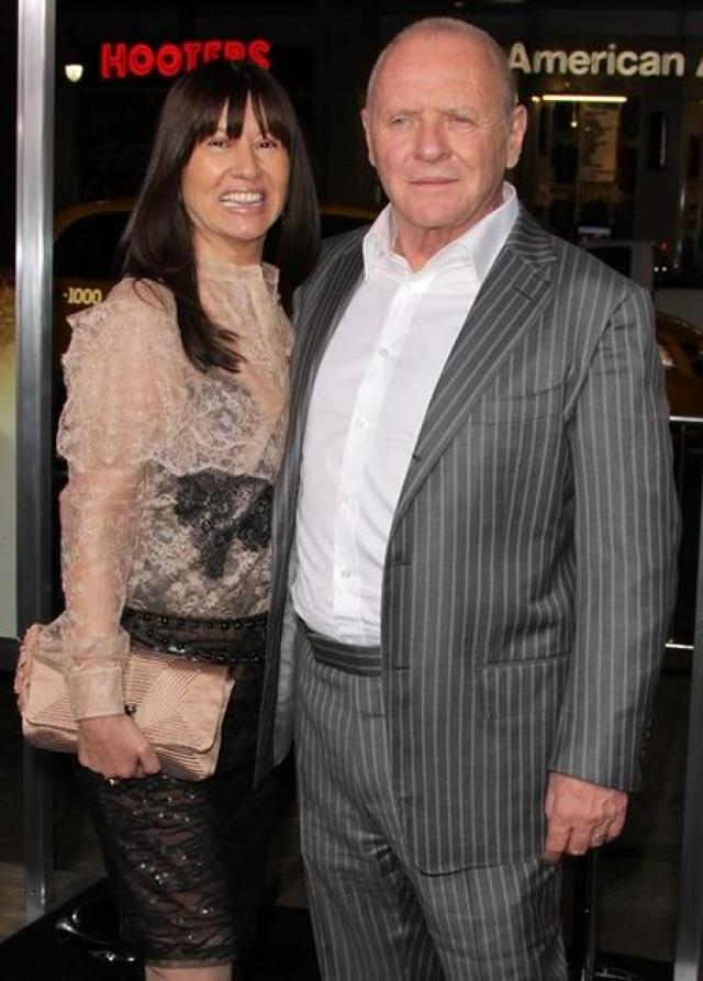 Причиной развода стала молодая колумбийка Стелла Арройяве . С 2003 года и по настоящий момент Хопкинс женат на ней.