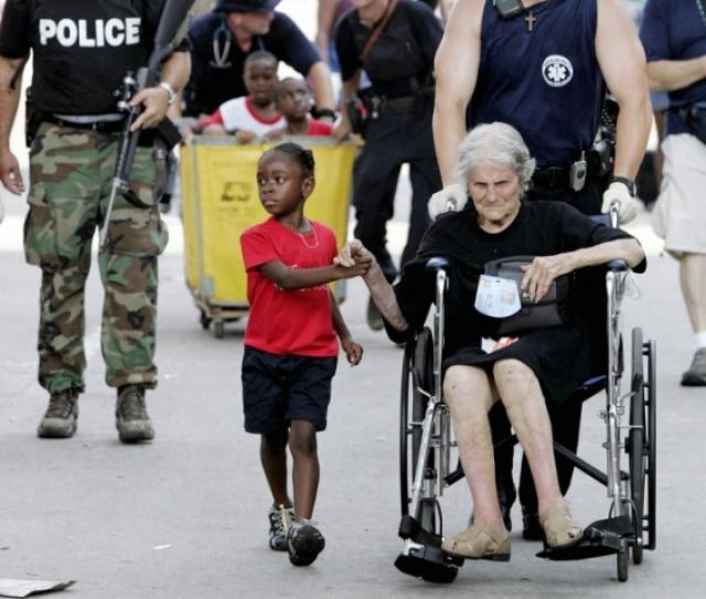 Таниша Блевин, 5 лет, держит за руку пострадавшую от урагана Катрина, Ниту Лагард, 105 лет.