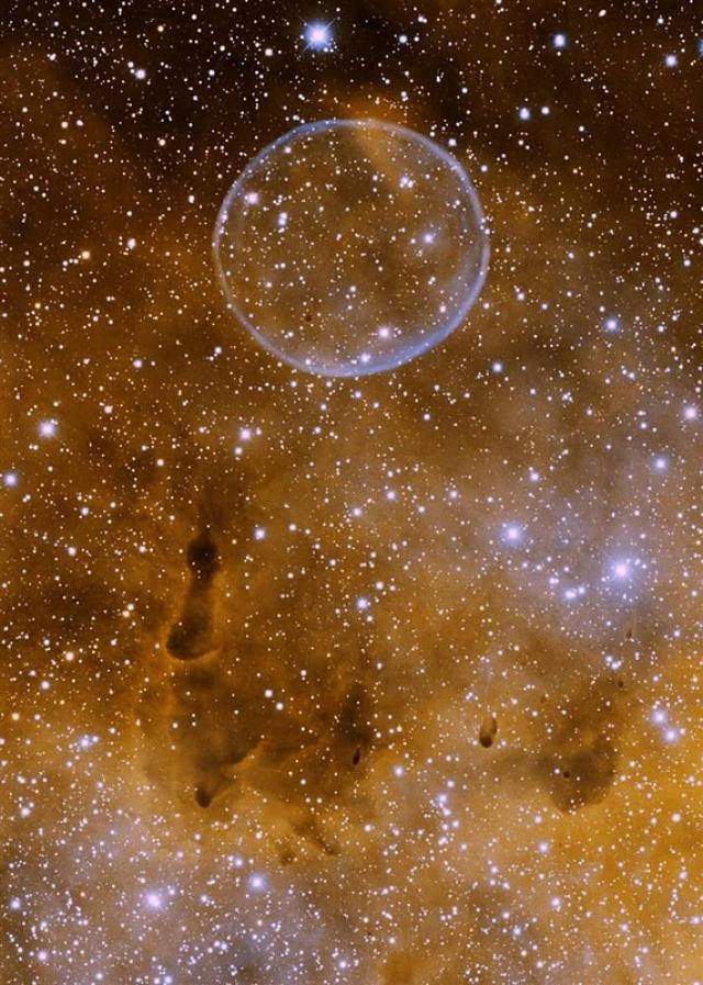 """Туманность Мыльного Пузыря) Причем это """"пузырь"""" размером превосходит нашу Солнечную систему! Первым эту туманность заметил и задокументировал Дейв Юрасевич, и произошло это 9 июня 2007 года."""