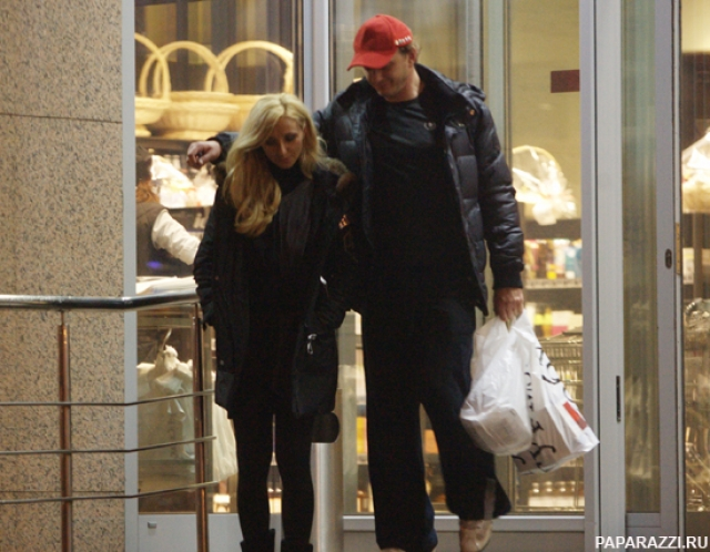 Навка и Башаров расстались. Фигуристка вышла замуж за пресс-секретаря президента РФ, а Башаров женился на Екатерине Архаровой, с которой вскоре также разошелся, причем подняв на супругу руку.