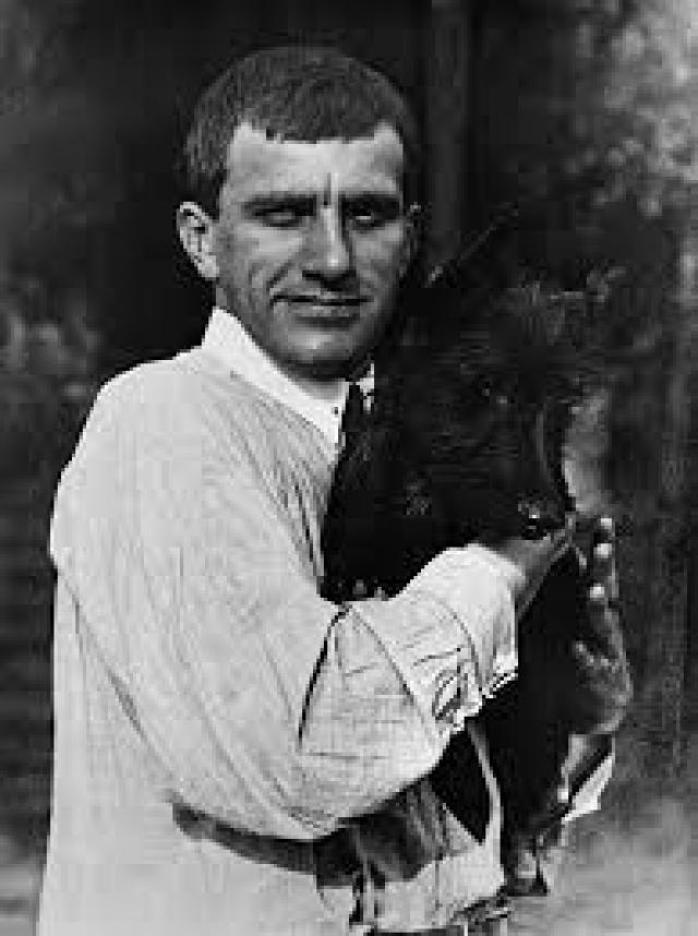 Несмотря на свою суровую внешность поэт был еще и достаточно сентиментальным человеком, обожал домашних животных, особенно собак. Он даже как-то раз подобрал на улице щенка и привел в дом, назвав его просто – Щен.