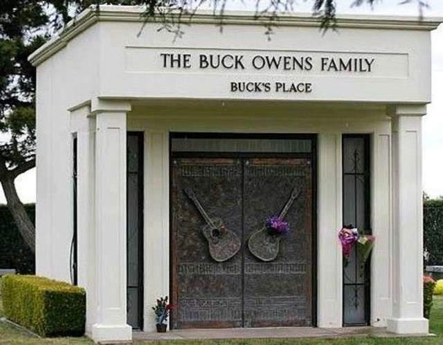 Бак Оуэнс. Пожалуй, самый узнаваемый кантри-исполнитель 20 века умер в 2006 году после сердечного приступа и был похоронен в Бейкерсфилде, Калифорния, а его мавзолей не оставляет сомнений о том, что в нем похоронен музыкант.