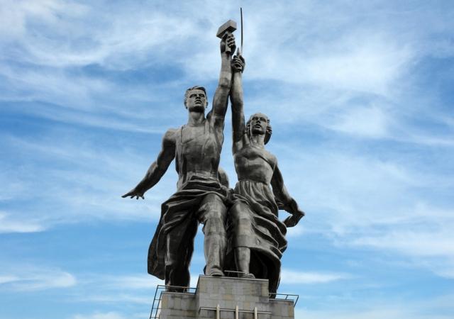 """В качестве натуры для скульптурной группы """"Рабочий и колхозница"""" скульптор Вера Мухина привлекала своих друзей, коллег, знакомых и даже случайных прохожих."""