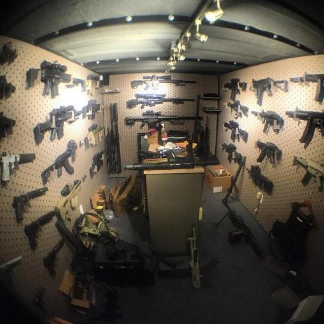 8. Был арестован в училище за то, что в его багажнике нашли пулемёт Билзерян любит огнестрельное оружие; у него 97 единиц оружия, не говоря уже о том, что в каждой комнате своего особняка он держит по одному заряженному пистолету.