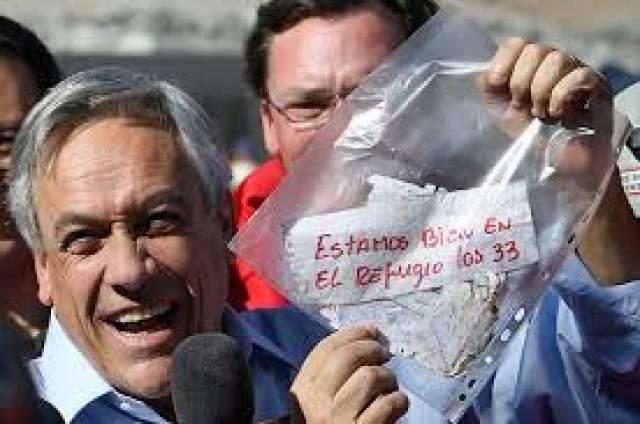"""Лишь 22 августа попытки увенчались успехом: спасатели подняли бур с запиской от горняков. Ее зачитал лично президент Чили Себастьян Пиньера. Текст на клочке бумаги гласил: """"Мы чувствуем себя хорошо и находимся в убежище, нас 33."""""""
