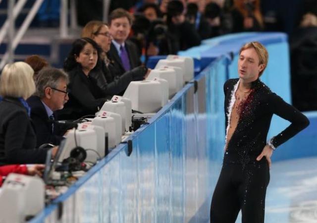 """Поэтому многие в историю с травмой Плющенко просто не поверили, назвав его снятие с соревнований """"театром с плохой режиссурой""""."""