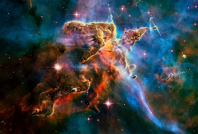 В Туманности Киля можно найти и более сложные формирования, настоящий звездный пейзаж.
