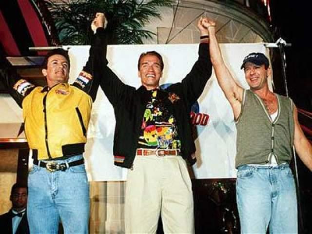 """17 мая 1993 года: Сильвестр Сталоне, Арнольд Шварцнеггер и Брюс Уиллис отмечают Открытие ресторана « Planet Hollywood"""" в Лондоне."""