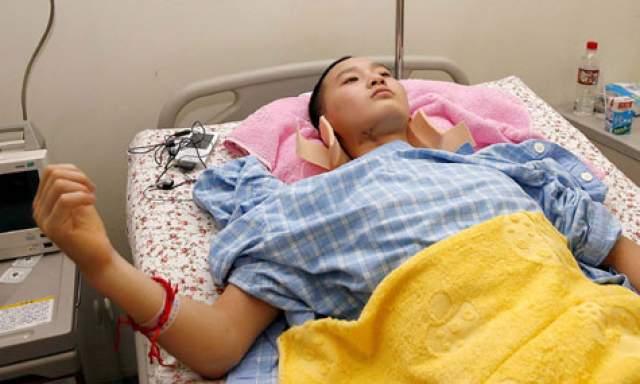 После программы реабилитации 16-летняя Ван Янь начала двигать ногами и правой рукой.