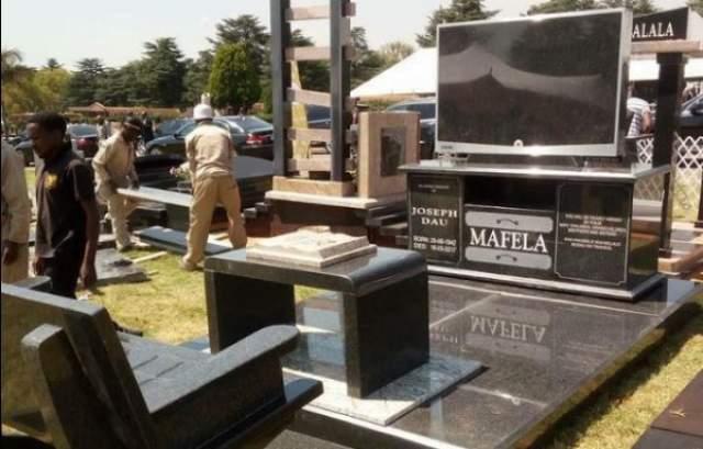 Актер-ветеран Джо Мафела был похоронен на кладбище Вестпарк в Йоханнесбурге, а его надгробие представляет собой копию гостиной с плазменным телевизором, журнальным столиком и диваном.