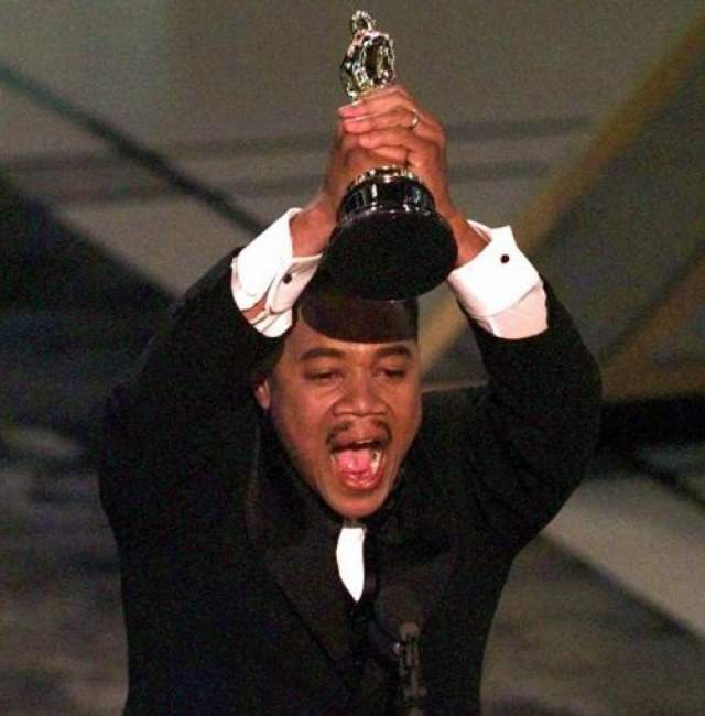 """Кьюба Гудинг-младший , получил в 1997 году """"Оскар"""" за лучшую мужскую роль второго плана в фильме """"Джерри Магуайр"""". Вероятно, актера попросили не растягивать благодарственную речь, потому что, получив статуэтку, он начал спешно перечислять дорогих сердцу людей и говорить им """"Я люблю тебя"""". Когда эмоциональную речь Кьюбы прервал начинавший играть оркестр, актер не стал уступать и продолжил признаваться в любви Богу, студии. Тому Крузу и другим партнерам по съемочной площадке, завершив свою речь импровизированным танцем. Общее количество признаний в любви, произнесенных Кьюбой, - 14"""