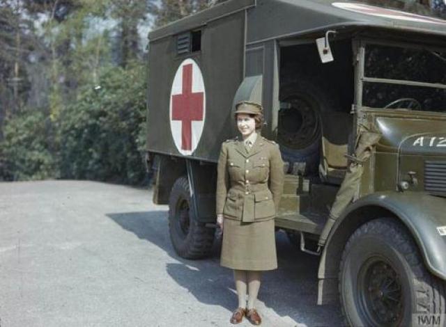 Во время Второй мировой войны она служила в армии Королева — единственный живой глава государства, кто служил в армии во время Второй мировой войны. К тому же она стала единственной женщиной королевской семьи, служившей в армии. Она присоединилась к Женскому вспомогательному территориальному корпусу, когда ей было 18. Там она научилась водить военный грузовик.
