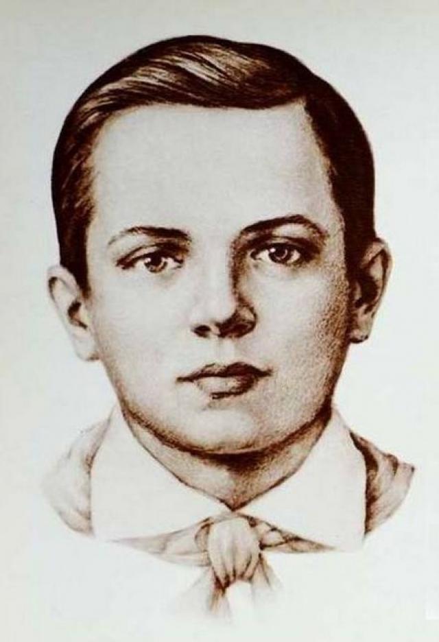 Толя Комар. Когда разведчики вместе с 15-летним юношей подходили к линии фронта, фашисты обнаружили их и начали окружать. Пулеметный огонь не давал им возможности подняться с земли.