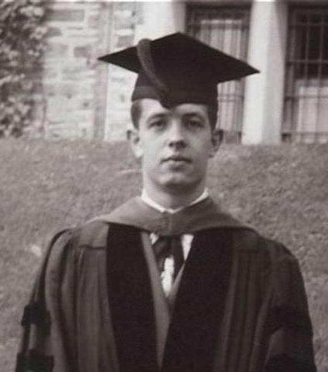 """Джон Форбс Нэш. Лауреат Нобелевской премии по экономике за решающий вклад в развитие теории игр. Именно он стал прототипом главного героя в фильме """"Игры разума""""."""