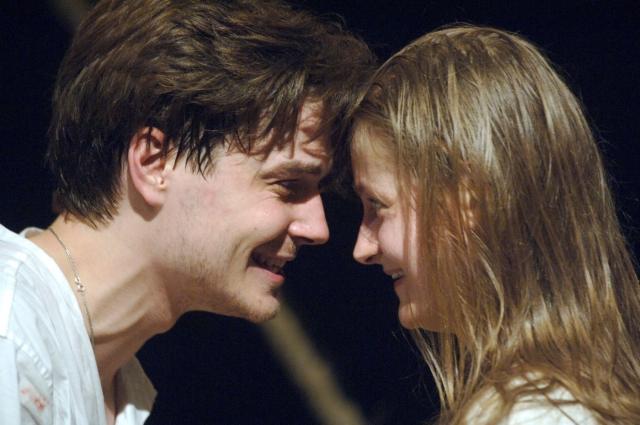 """Яна Сексте и Максим Матвеев. Роман театральной актрисы и студента-актера начался после совместной работы в спектакле """"Сорок первый"""". Пара даже жила в общежитии, а в 2008 году поженилась переехала в собственную квартиру."""