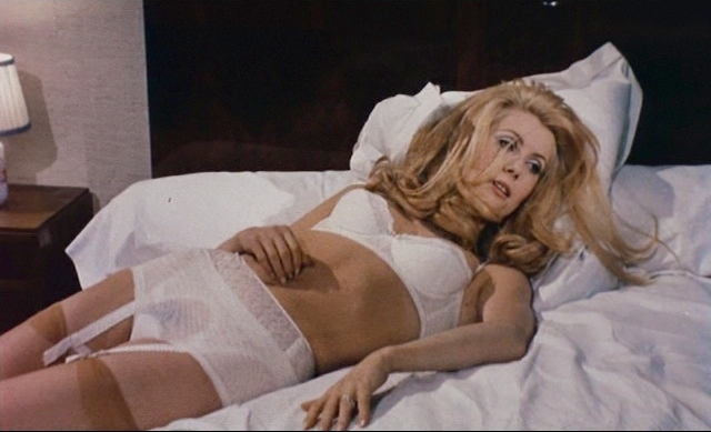 Причины, по которым на подобную роль была взята актриса, в то время известная по романтическим мюзиклам, достоверно неизвестны, а биограф режиссера высказывал предположение, что Бунюэлю ее навязали продюсеры.