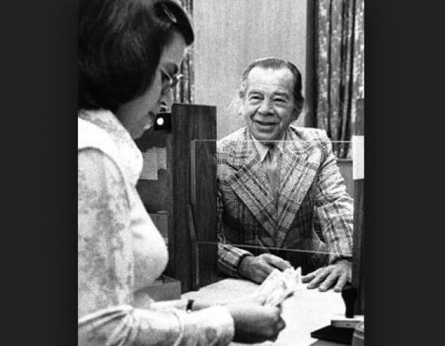 """Оставшуюся часть своей жизни он проработал консультантом по безопасности банков. Умер Саттон в возрасте 79 лет. В 2012 году его биография легла в основу романа """"Саттон""""."""