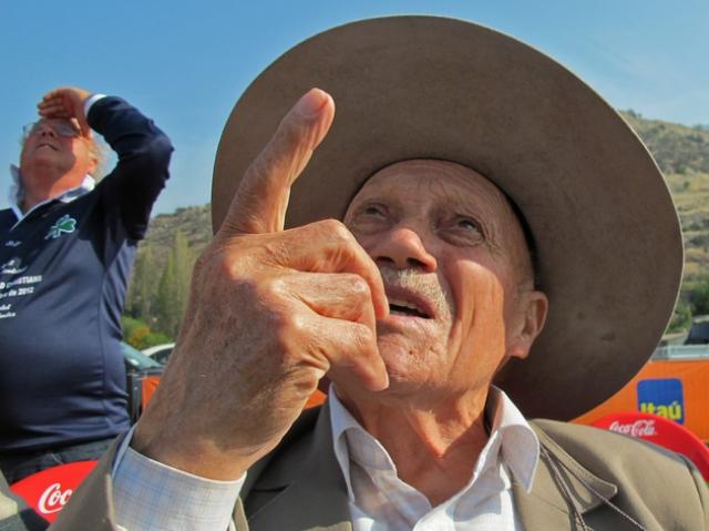 Мяч в игру ввёл чилийский пастух из Анд Серхио Каталан, который первым обнаружил на 71-й день после крушения двоих уцелевших в катастрофе людей.