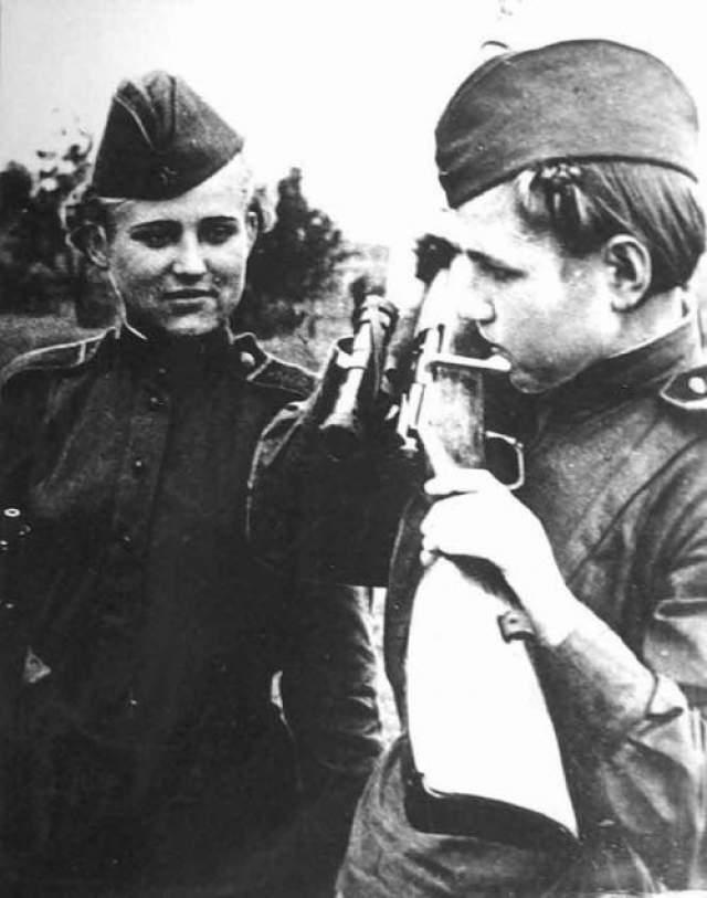 Немцы бьют, огня не прекращают. Совсем неожиданно для всех из траншеи выскакивает сначала одна девчонка, потом - вторая, третья... Они стали перевязывать и оттаскивать раненых, даже немцы на какое-то время онемели от изумления.