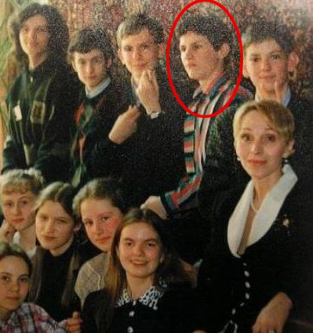 В школе из-за проблем со зрением он сидел за первой партой, часто в одиночестве, получал высокие оценки и слыл эрудированным.