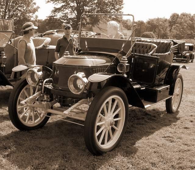 В 1896 году они изобрели автомобиль, работающий за счет пара и побили мировой рекорд в 1906 году, проехав одну милю за 28,2 секунды. Это значит, что их автомобиль двигался со скоростью 127 миль/ч.