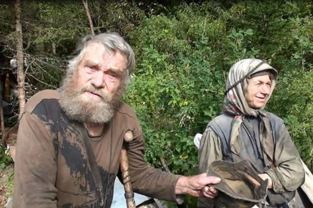 Карп и Акулина Лыковы. Ушли в тайгу в 30-е годы прошлого 20 века. До этого они проживали в деревеньке Тиши у реки Большой Абакан. Коллективизация в конце концов добралась и до этих мест. Когда стало понятно, что спокойной жизни им не видать, Лыковы ушли жить в Саянскую тайгу, где завели большую семью.