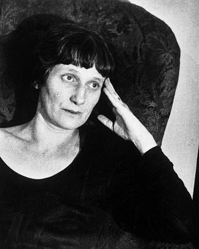 Новый режим не жаловал творчество Анны. Череда статей заклеймила поэзию Ахматовой как вредную. При этом она испытывала страшное одиночество: все ее друзья или погибли, или эмигрировали, в то время как поэтесса эмиграцию считала совершенно неприемлемой.