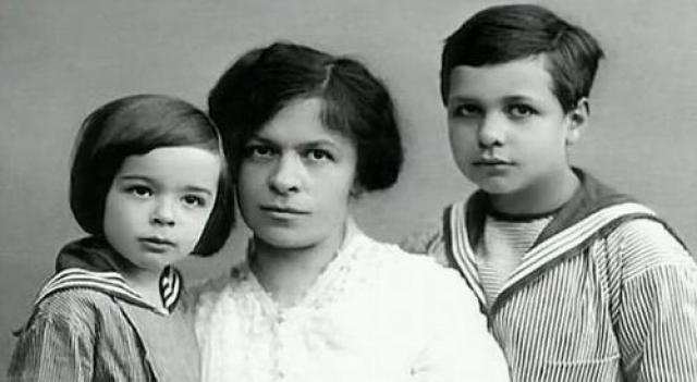 """В письмах друзьям Эйнштейн хвастал: """"С женой я обращаюсь как с прислугой, которую не могу прогнать""""."""