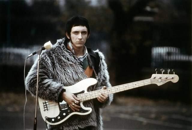 Джон Энтвисл. Передозировка в отеле Лас-Вегаса. К 2002 году басист британской рок-группы The Who набрал столько долгов, что группа решила помочь коллеге и поехать для этого в турне - чтобы заработать денег. Но гастроли так и не состоялись. За несколько часов до первого концерта Энтвисл скончался от передозировки кокаином.