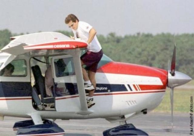 16 июля 1999 года примерно в 13:00 Джон прибыл в местный аэропорт Эссекс, который располагался в одноименном округе у города Колдуэлл, и подтвердил местному диспетчеру, что намерен лететь на своем самолете на остров Мартас-Винъярд (Массачусетс).