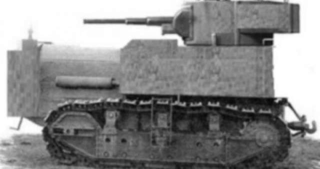 """В начале Второй Мировой войны СССР не хватало танков, поэтому иногда в танки переоборудовали обычные тракторы, обшивая их броней. Основная ставка при этом делалась на психологический эффект: атака производилась ночью с включенными фарами и сиренами, так что неприятель частенько бежал. Солдаты прозвали такие трактора НИ-1, что расшифровывалось как """"На испуг""""."""