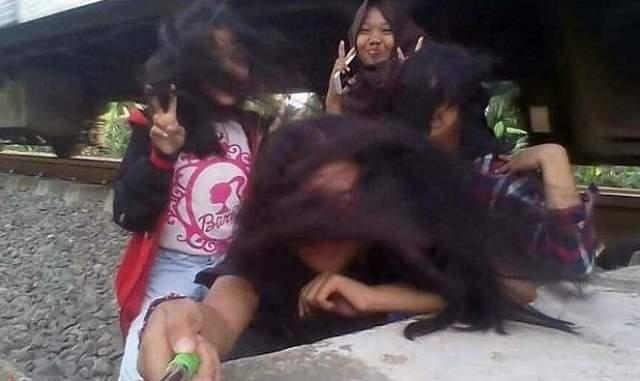 Подростки в Индонезии решили сделать подобное селфи, которое едва не привело у гибели одной из девушек.