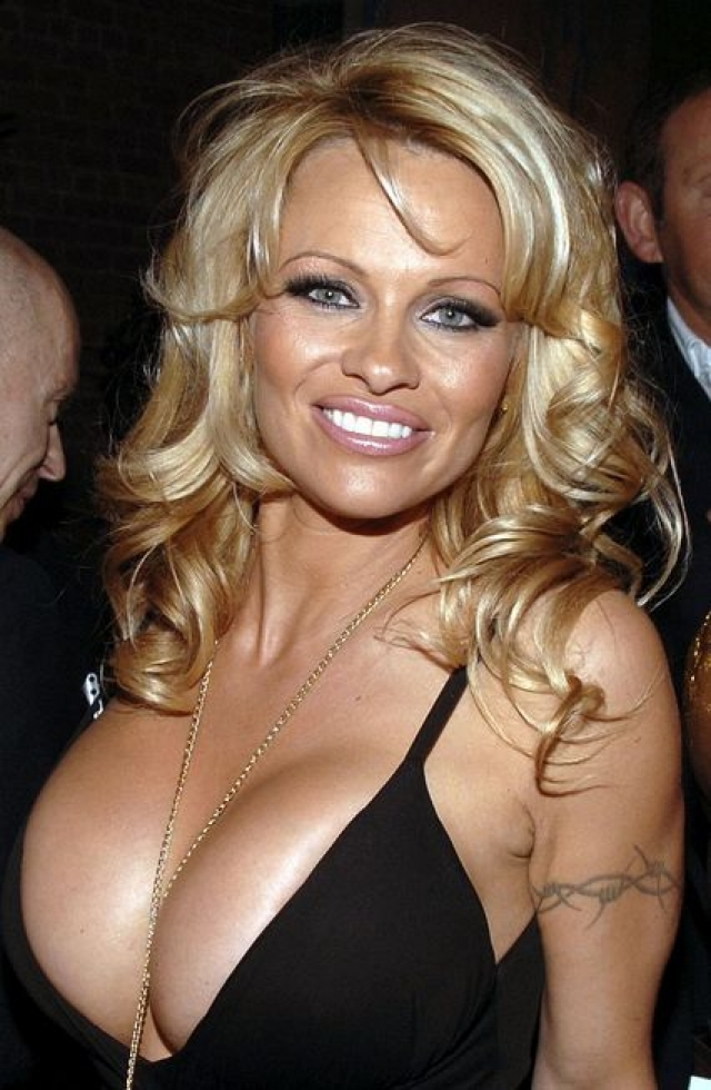 Памела Андерсон. Любительница яркого макияжа редко предстает перед поклонниками и папарацци без него.