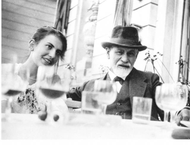 Среди детей Фрейда, сильно выделялась самая младшая - Анна , которая была очень заинтересована изучением психологии. Отправившись учится в Англию, она познакомилась с молодым психоаналитиком Эрнестом Джонсом, который быстро предложил ей руку и сердце.