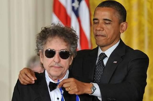 Боб Дилан и Барак Обама. Конечно, музыкант не очень часто улыбается, но на том награждении за вклад в музыку в 2012 году Боб рядом с Обамой даже не приподнял ни разу уголки губ.