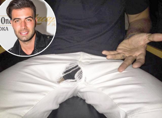 Актер и певец Хенкарлос Канела попался в объектив папарацци прямо в момент, когда его брюки разошлись по шву.