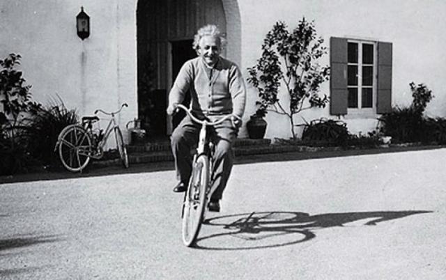 """Эйнштейн был большой неряха и однажды по этому поводу высказался так: """"Когда я был молодым, я узнал, что большой палец всегда заканчивается дыркой в носке. Так что я перестал носить носки."""""""