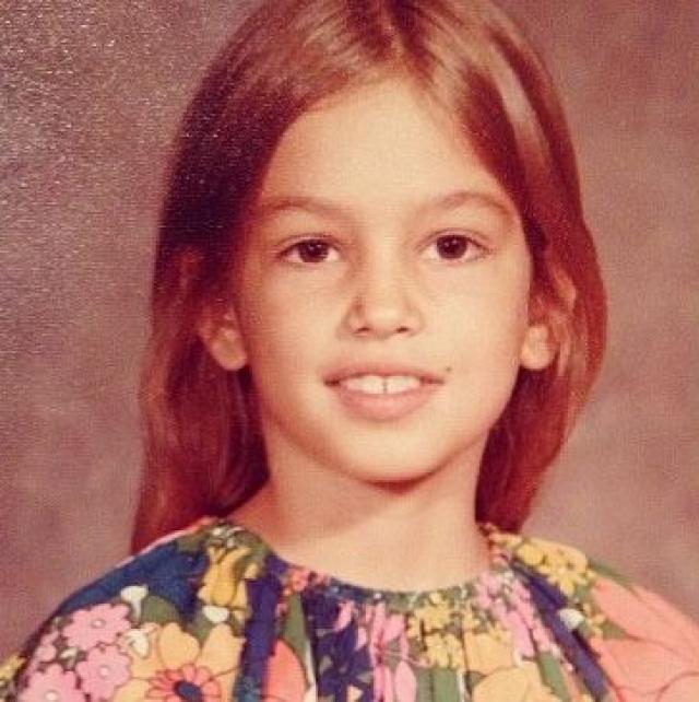 Синди Кроуфорд. Синди была усердной школьницей, очень радовала папу-электрика и маму-медсестру. Родители хотели, чтобы их дочь получала образование и добилась в жизни большего, чем они сами, а Синди старалась их не расстраивать.