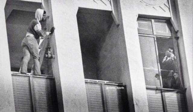 Мохаммед Али отговаривает самоубийцу прыгать.