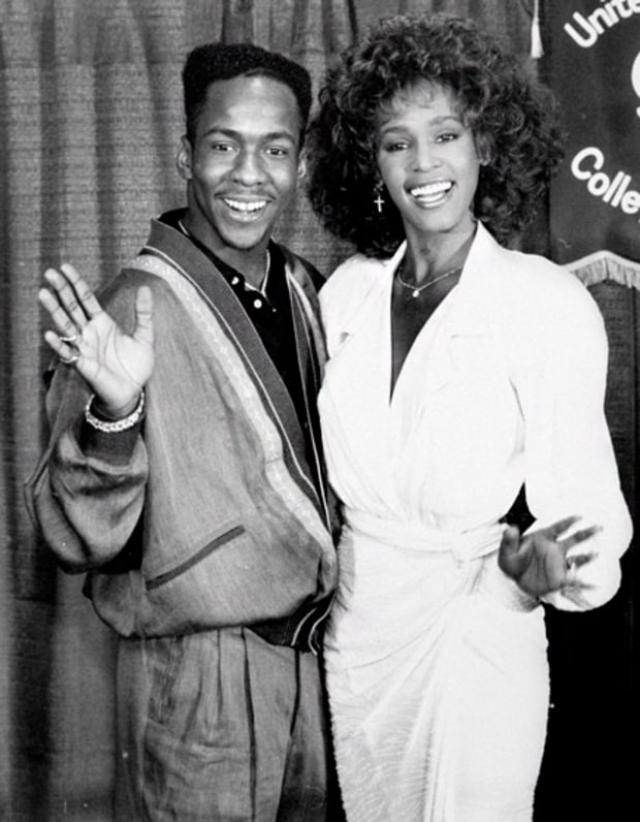 В 1989 году на Soul Train Music Awards Хьюстон познакомилась с певцом из R&B-группы New Edition Бобби Брауном. После трех лет ухаживания пара поженилась 18 июля 1992 года.