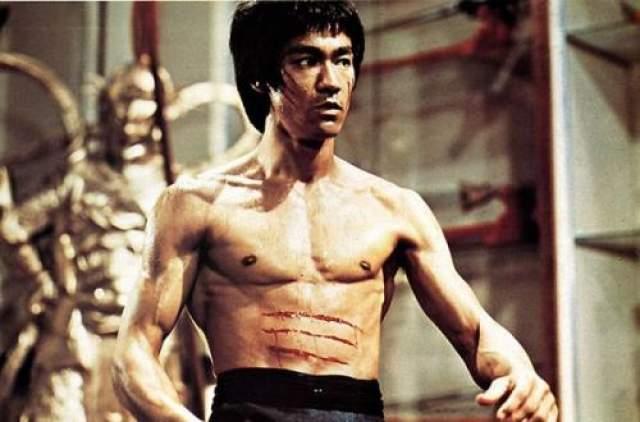 """Игра смерти (1978) В 1973-м году Брюс Ли снимался в фильме """"Игра смерти"""". В оригинальном сценарии Ли должен был взбираться по пяти уровням лестницы, демонстрируя притом свое боевое искусство."""