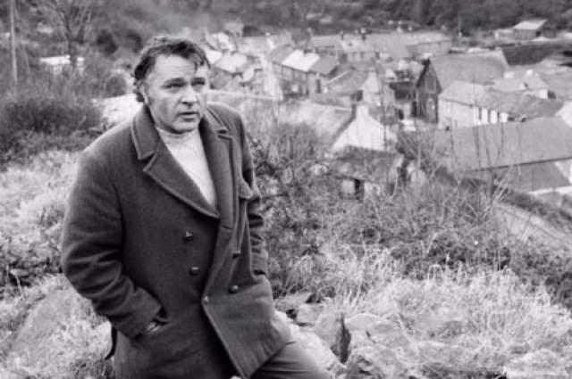Бертон славился своими бурными романами, любовью к алкоголю и сигаретам. Мужчина был женат 5 раз. Возможно именно вредные привычки погубили актера. Ричард умер в возрасте 58 лет.