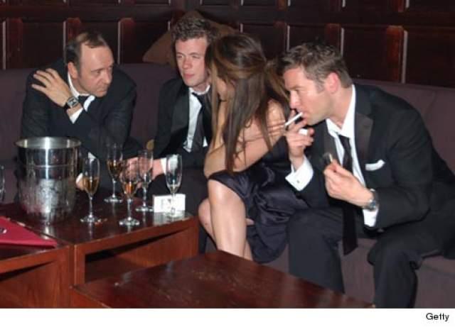 Кевин Спейси в одном из клубов Манхэттэна празднует победу своей бродвейской коллеги в номинации за лучшую женскую роль. По словам очевидцев, актер заказал несколько бутылок шампанского Cristal по $800 за каждую.