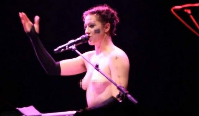 """Бывало, что она выходила на сцену голой - в 2013 году она разделась """"в отместку The Daily Mail"""" - журналисты издания в материале о фестивале """"Гластонбери"""" сконцентрировали внимание на вывалившейся из бра груди Палмер, практически ничего не написав о музыке, которую она сделала."""