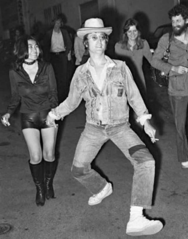 Джон Леннон пошел вприсядку с Йоко Оно.