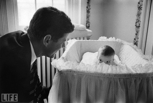 Peek-A-Boo (Ed Clark, 1958). Джон Кеннеди со своей дочерью Керролайн.