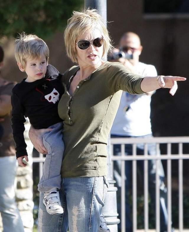 Шэрон Стоун. Актриса лишилась родительских прав на восьмилетнего приемного сына Роана в 2008 году вскоре после развода, а опека перешла ее бывшему супругу, журналисту Филу Бронштейну.